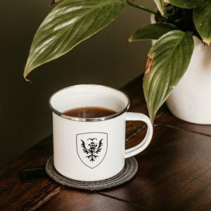 Eine Nahaufnahme einer Kaffeetasse mit dem Wappen von Athalea.