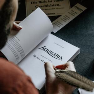 Ein Blick über die Schulter von Alexander Büttner beim Signieren eines Buches.