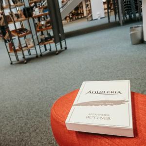 Eine Nahaufnahme des Buches AQUILERIA Geschichten Band I in der Chemnitzer Stadtbibliothek.