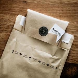Eine Nahaufnahme eines verpackten Buches, das in einer Versandtasche steckt.